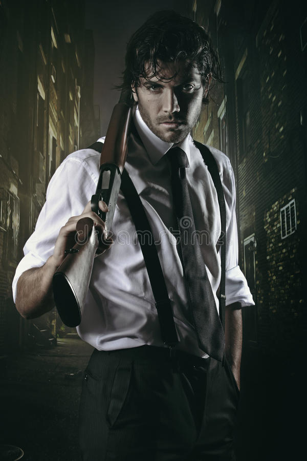 Gangster seducente in vicolo della città immagine stock