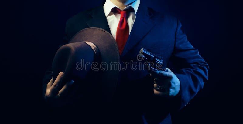 Gangsterski mężczyzna w kostiumu z pistoletem obraz royalty free