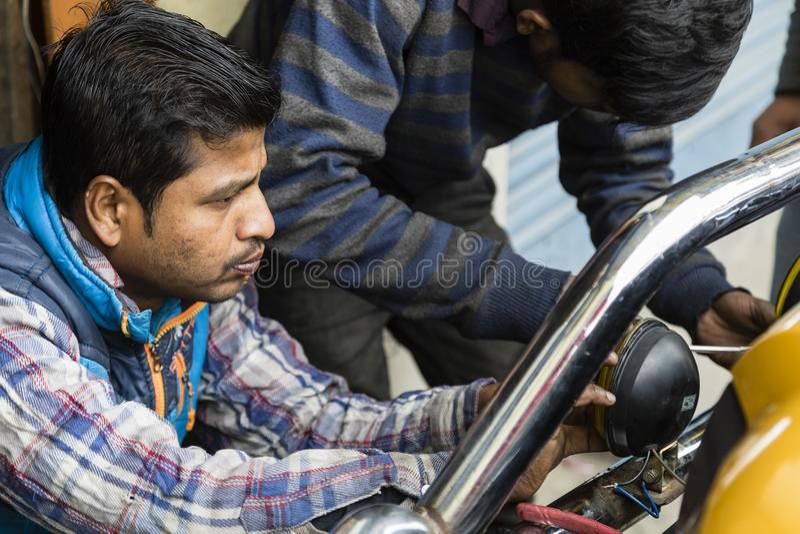 Gangtok, Ινδία, στις 8 Μαρτίου 2017: Επισκευή των προβολέων σε ένα αυτοκίνητο στοκ φωτογραφία