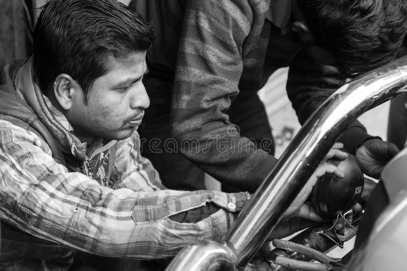 Gangtok, India, Marzec 8 2017: Naprawa reflektory na samochodzie zdjęcia royalty free