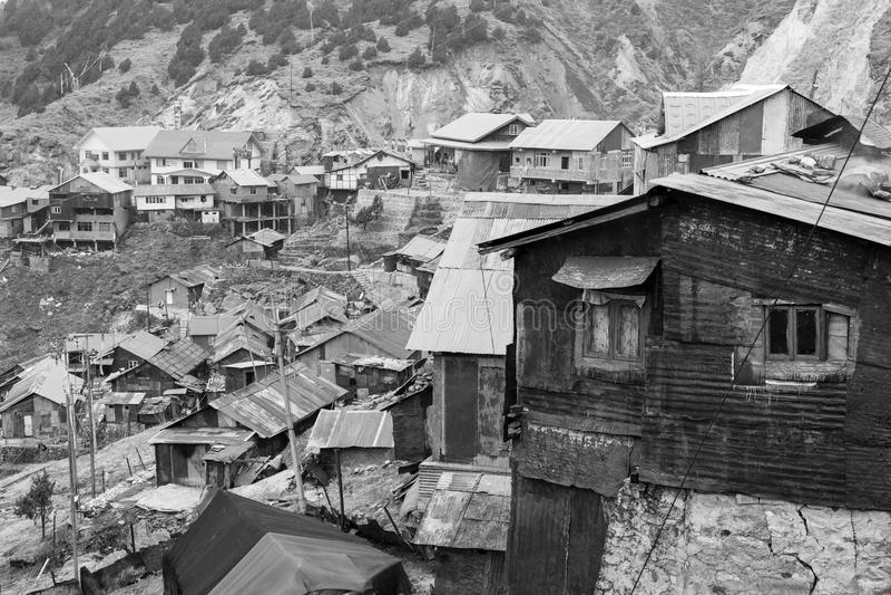 Gangtok, India, Marzec 8 2017: Starzy budynki na sposobie od Gangtok zdjęcie stock