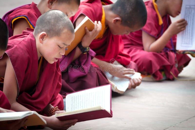 GANGTOK, SIKKIM, LA INDIA - 19 DE AGOSTO: RRPP tibetanas no identificadas del lama foto de archivo