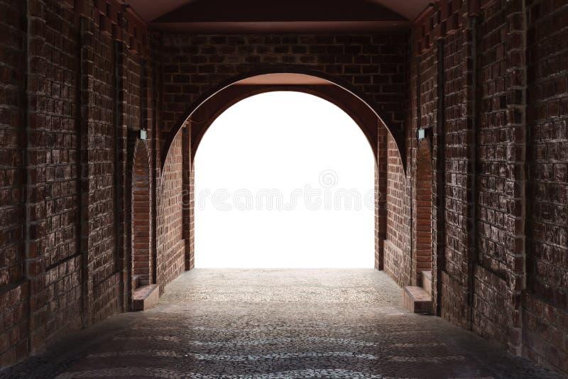 Gangtunnel door rode baksteen en middenwit geïsoleerde ruimte wordt gemaakt die royalty-vrije stock fotografie