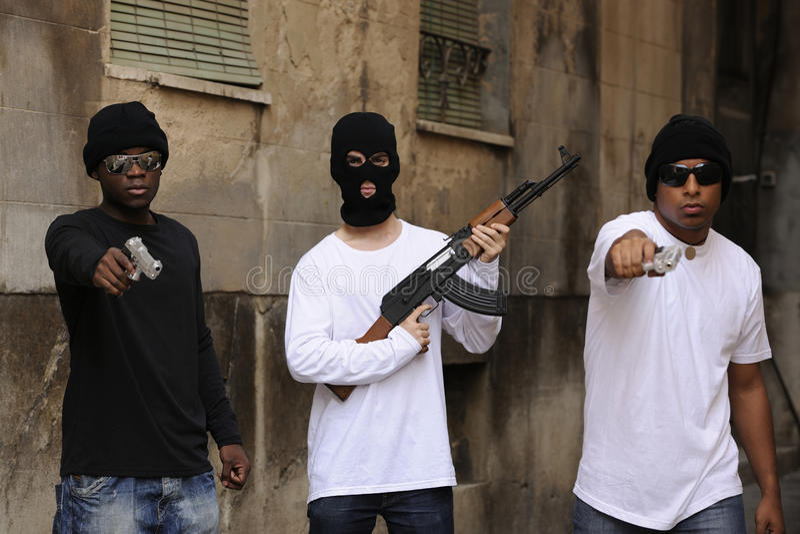 Gangu członkowie z pistoletami i karabinem obraz stock