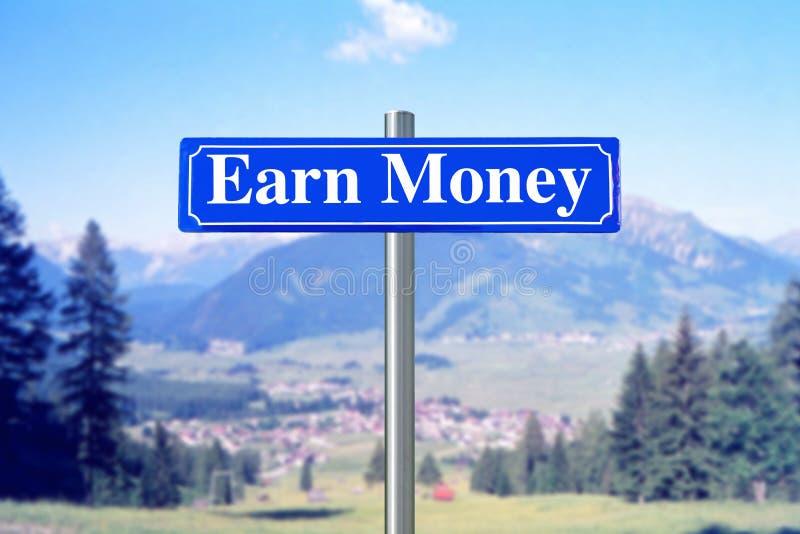 Ganhe o dinheiro no sinal de rua azul com paisagem fotografia de stock