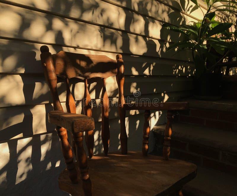 Ganku Frontowego słońce i cień sylwetka krzesło i rośliny fotografia royalty free