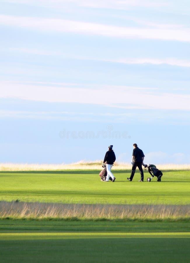ganska golfare långt royaltyfri foto