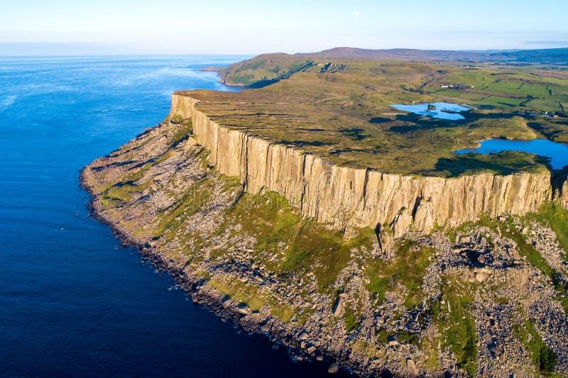 Ganska Head klippa i nordligt - Irland, UK fotografering för bildbyråer