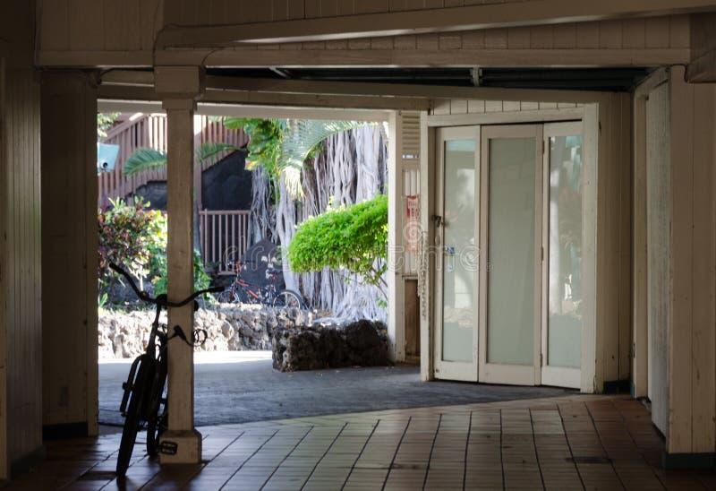 Ganska passerande i shoppingplaza n?ra Ali drev, Kona, stor ?, Hawaii royaltyfri bild