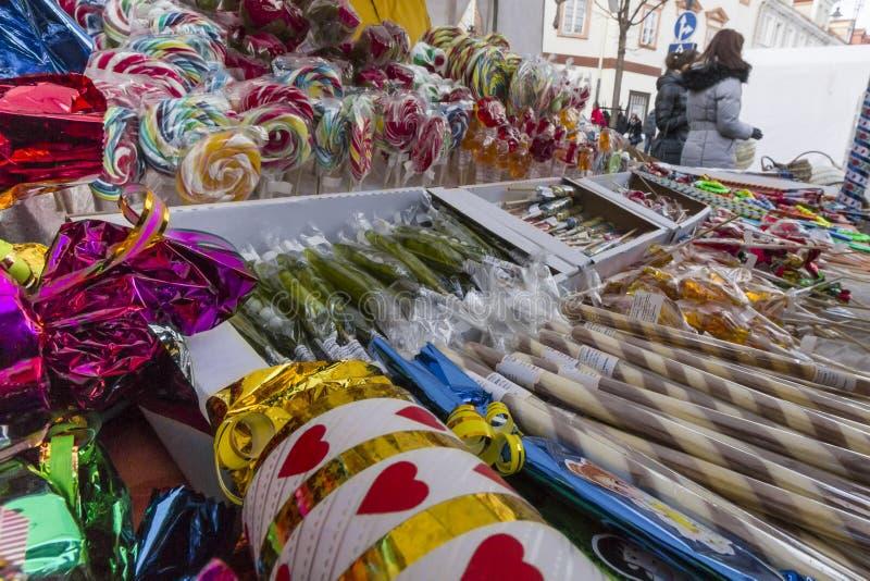 Ganska räknare med färgrika sötsaker arkivfoto