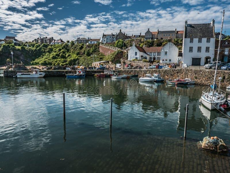 Ganska väder på den Crail hamnen, Aberdeenshire, Skottland arkivfoton