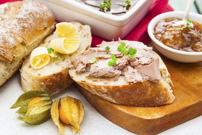 Ganslever en de pastei van Sauterne met chutney, physalis, gesneden br stock afbeelding