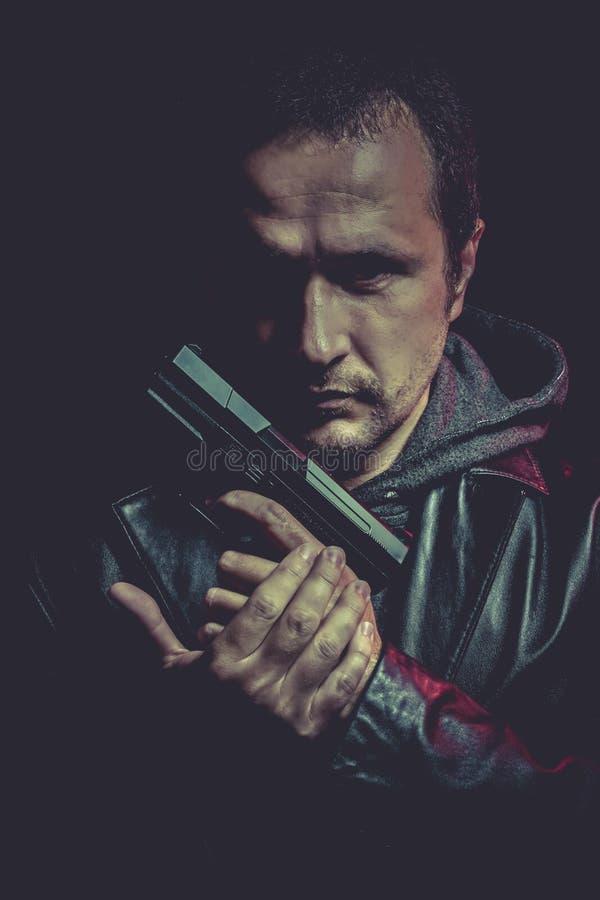 Download Ganster, Hombre Peligroso Con Un Arma, Tirando Foto de archivo - Imagen de pistolero, ladrón: 44853074