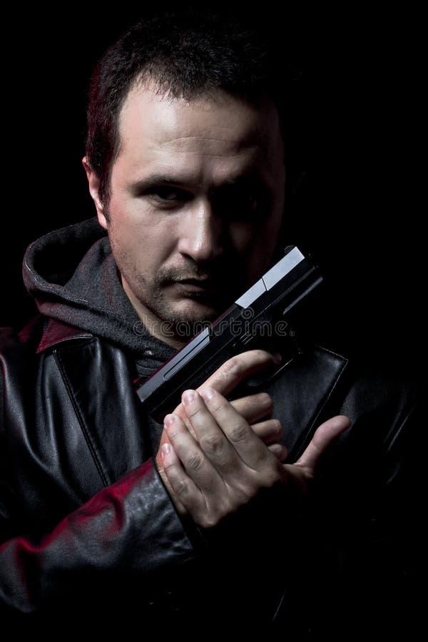 Ganster, z target14_1_ pistoletem niebezpieczny mężczyzna, zdjęcie royalty free