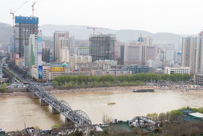 GANSU, CHINA - 05 April 2015: De mening van de Lanzhoustad van Baita Mountai royalty-vrije stock fotografie