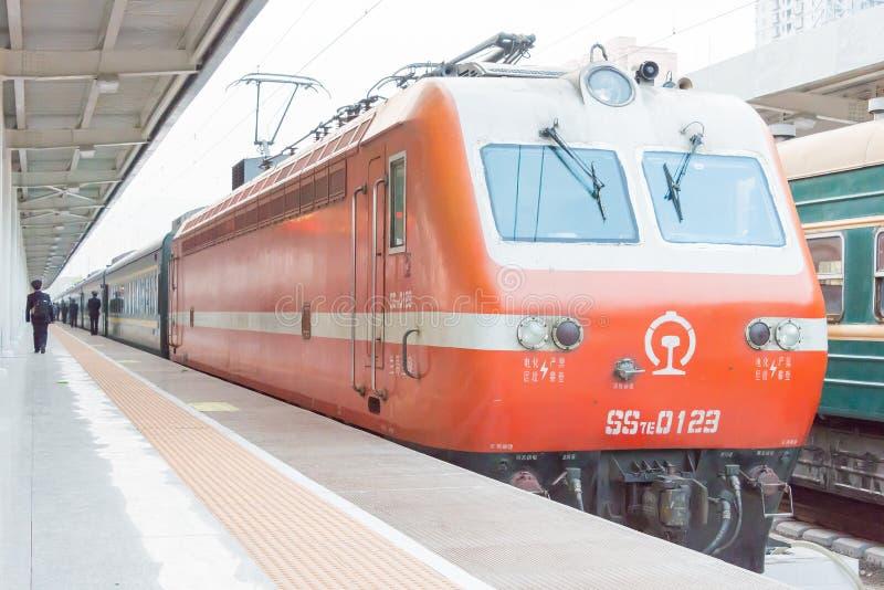 GANSU, CHINA - 08 April 2015: De Spoorwegenss7e elektrische locomot van China royalty-vrije stock foto's