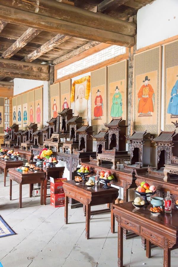 GANSU, CHINA - 6 de abril de 2015: Cacique Yamen del Lu un Histori famoso fotos de archivo