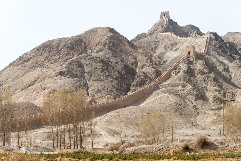 GANSU, CHINA - 14 de abril de 2015: Grande Muralha pendendo sobre um famoso o seu imagens de stock