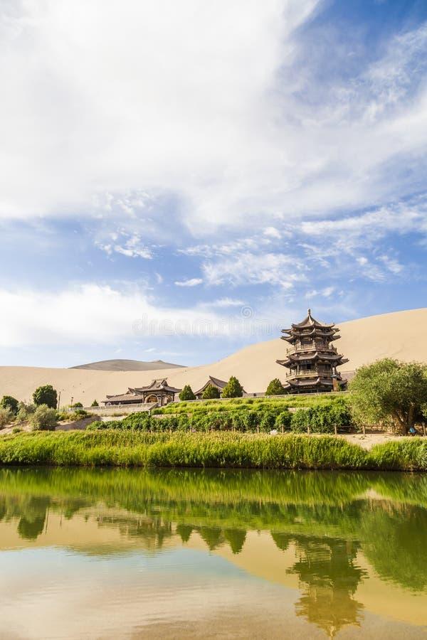 Gansu Dunhuang Crescent Lake en Mingsha-Berg , China stock foto