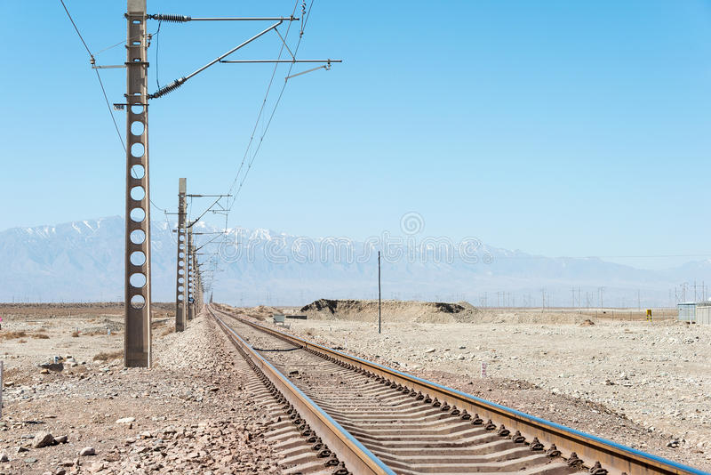 GANSU KINA - April 13 2015: Järnvägsspår på siden- väg i Jiayug royaltyfri bild