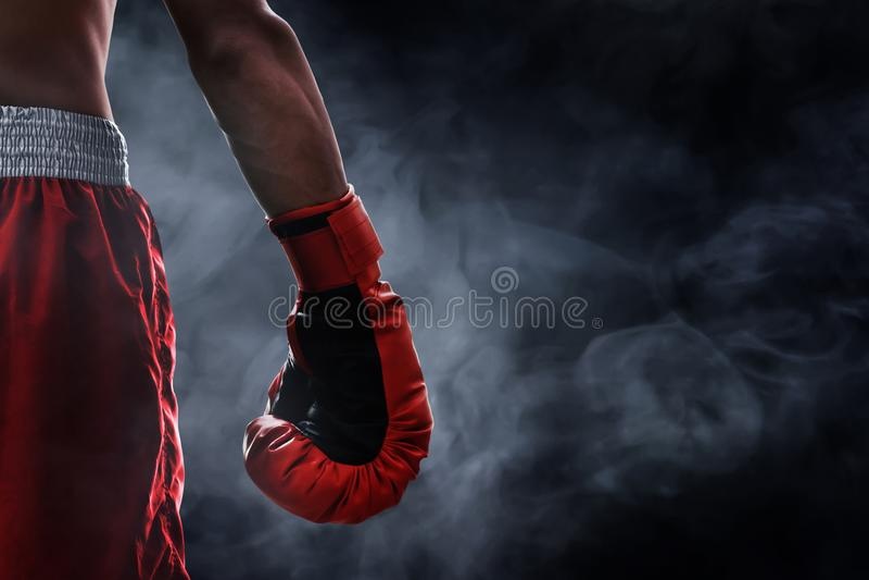 Gant de boxe rouge sur des milieux de fumée photo stock