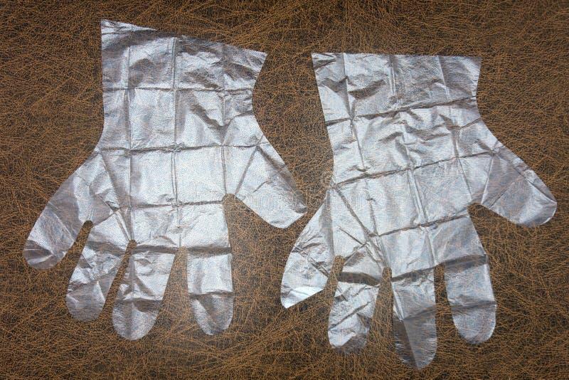 Gant en plastique jetable avec le chemin de coupure sur le fond blanc images stock