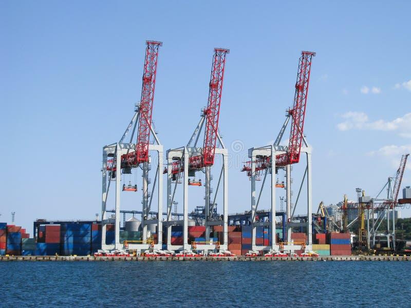 Gantry Container Handler warten auf Containerschiff lizenzfreie stockfotos
