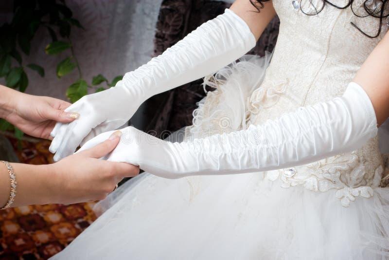Gants blancs sur les mains photographie stock