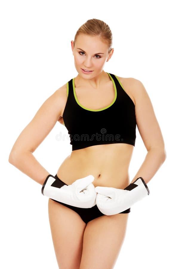 Gants de boxe blancs de port de femme de forme physique de boxe photographie stock libre de droits