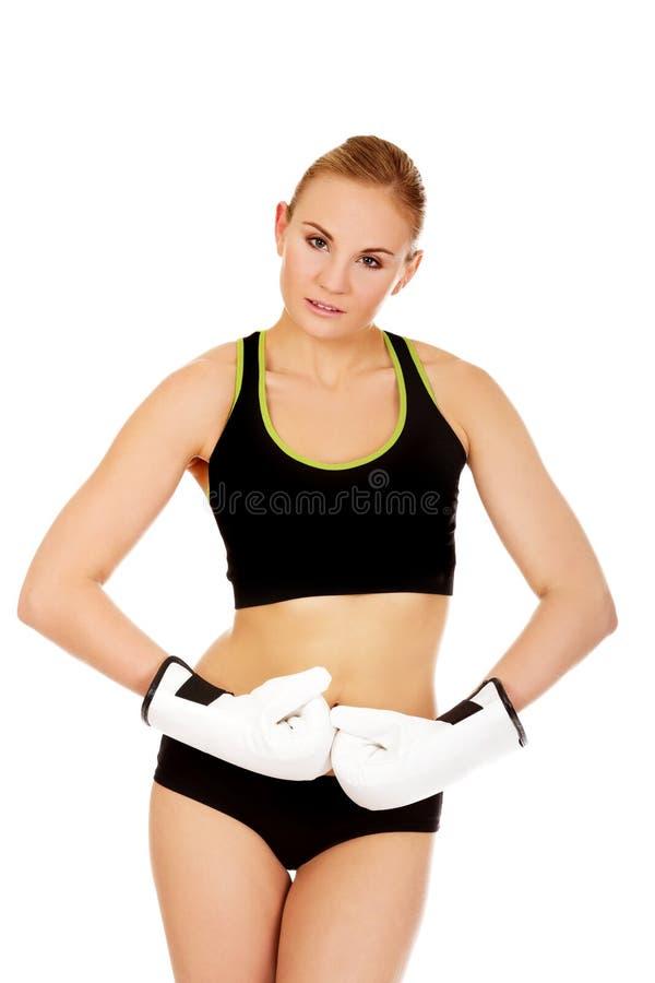 Gants de boxe blancs de port de femme de forme physique de boxe image stock