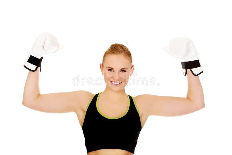 Gants de boxe blancs de port de femme de forme physique de boxe images libres de droits