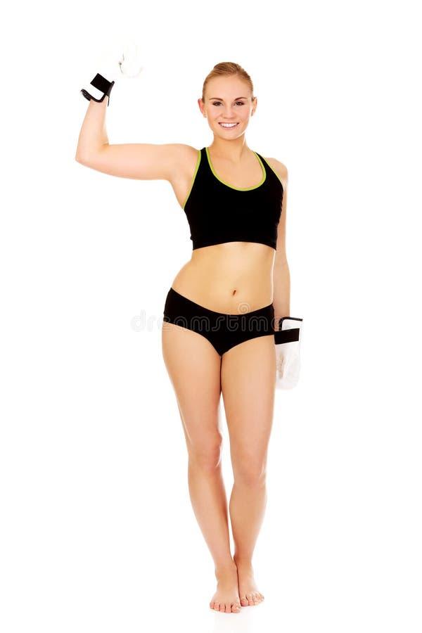 Gants de boxe blancs de port de femme de forme physique de boxe photo stock