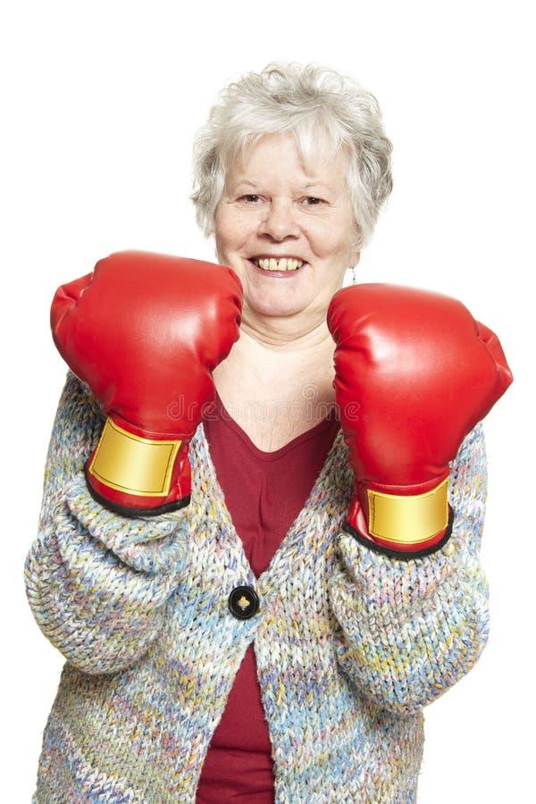 Sourire de port de gants de boxe de femme supérieure photos libres de droits