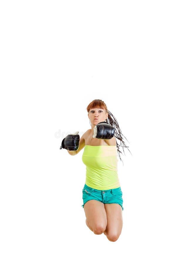 Gants de boxe de port de fille prêts à combattre et poinçon ou hittin image stock