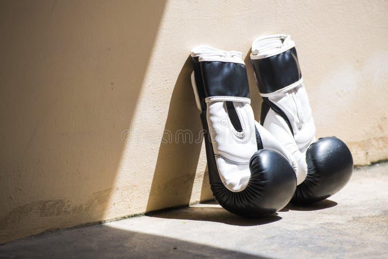 Gants de boxe en cuir noirs et blancs photographie stock