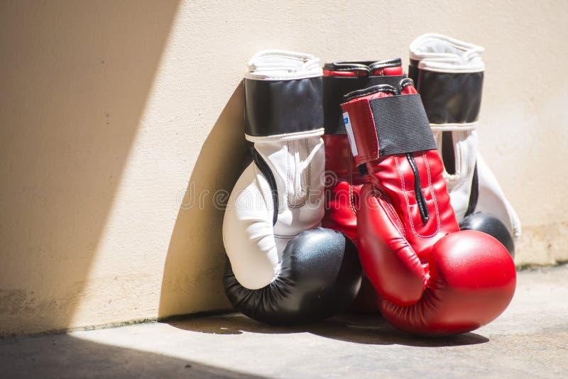 Gants de boxe en cuir rouges et noirs photographie stock libre de droits
