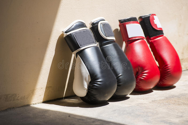 Gants de boxe en cuir rouges et noirs photographie stock