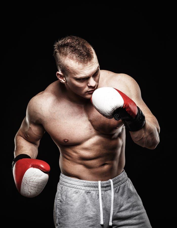 Gants de boxe s'usants d'homme photographie stock libre de droits
