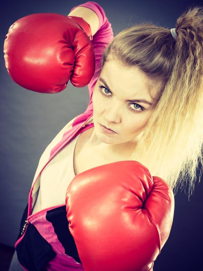 Gants de boxe s'usants de femme fâché image libre de droits