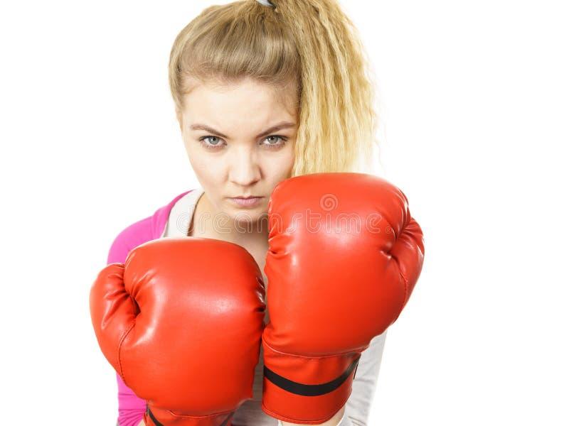 Gants de boxe s'usants de femme photos stock
