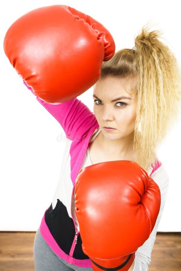 Gants de boxe s'usants de femme photo libre de droits