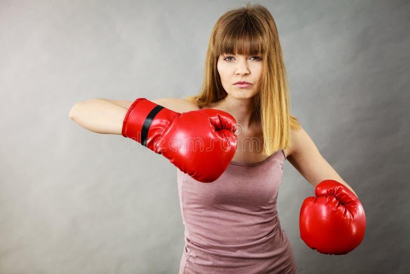 Gants de boxe s'usants de femme image stock