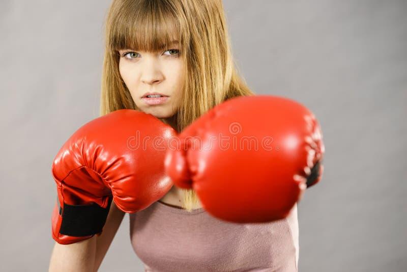 Gants de boxe s'usants de femme photographie stock libre de droits