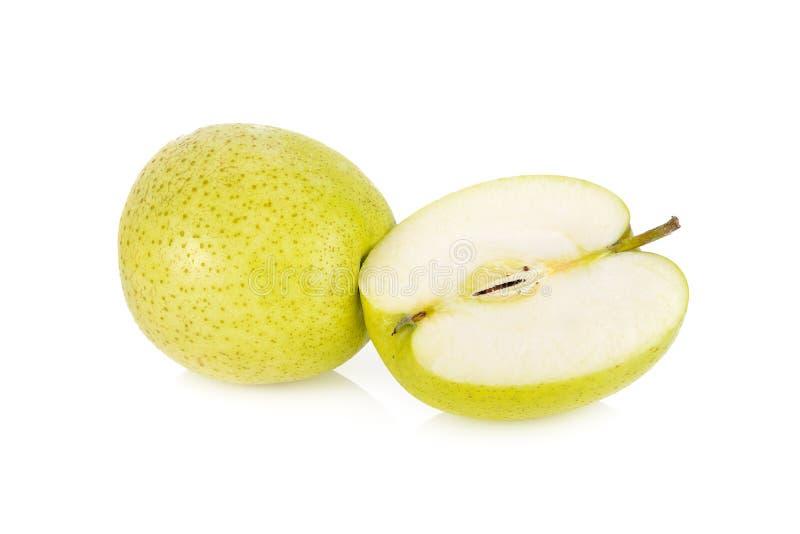 Ganz-und halber Schnitt frischer Japaner Orin-Apfel auf weißem Hintergrund lizenzfreie stockbilder