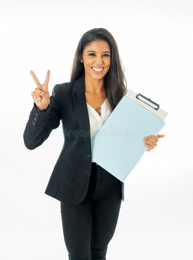 Ganzaufnahme der attraktiven lateinischen korporativen lateinischen Frau, die aufgeregt schaut und Ordner und Schreibarbeit in kr lizenzfreies stockbild