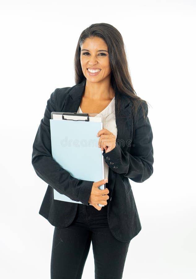 Ganzaufnahme der attraktiven lateinischen korporativen lateinischen Frau, die aufgeregt schaut und Ordner und Schreibarbeit in kr stockbilder