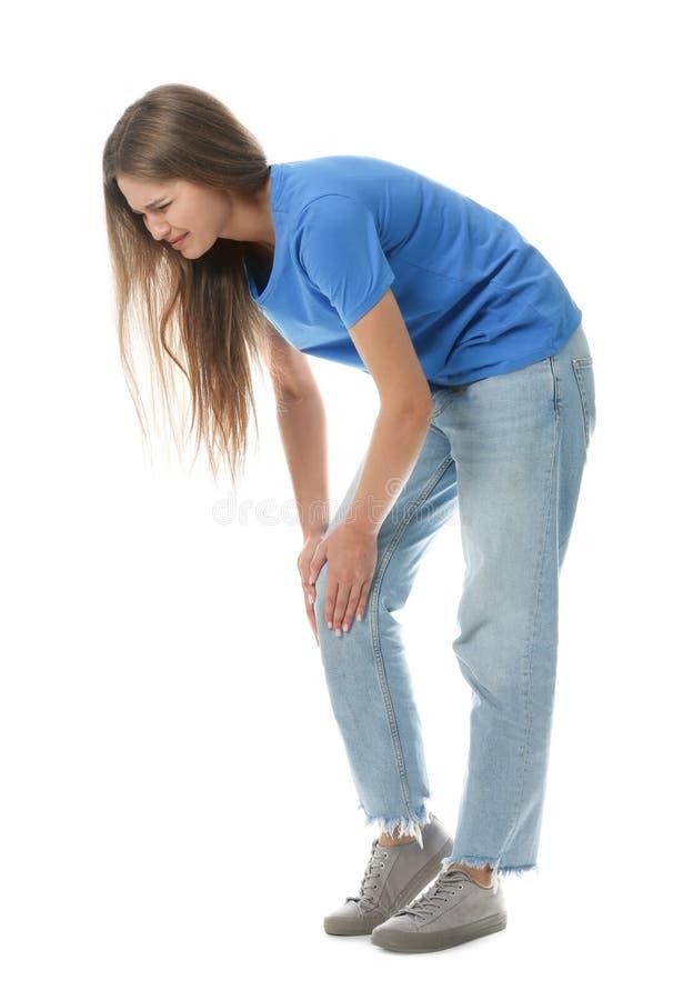 Ganzaufnahme der Frau, die Knieprobleme auf Weiß hat stockfotos