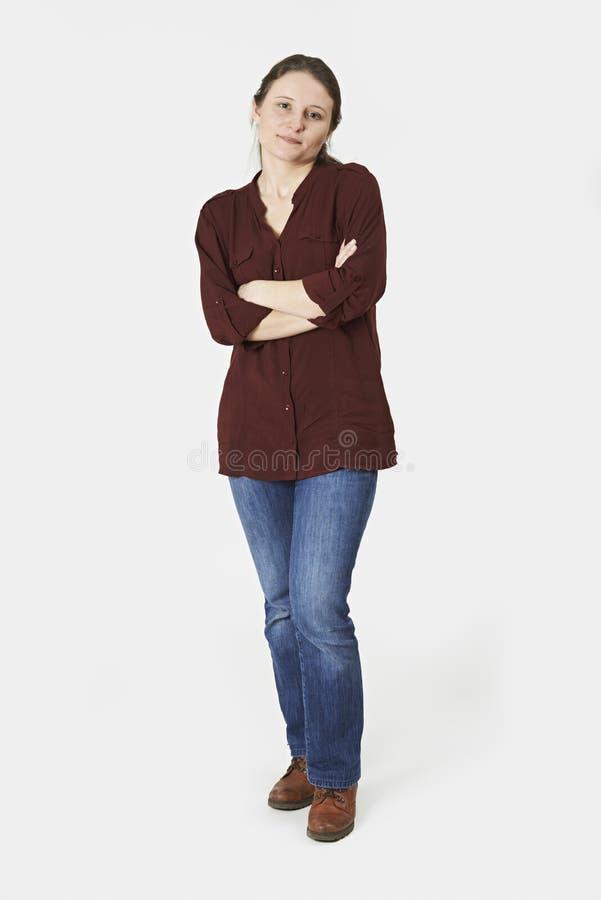 Ganzaufnahme der Frau stehend im Studio auf Weiß stockfotos