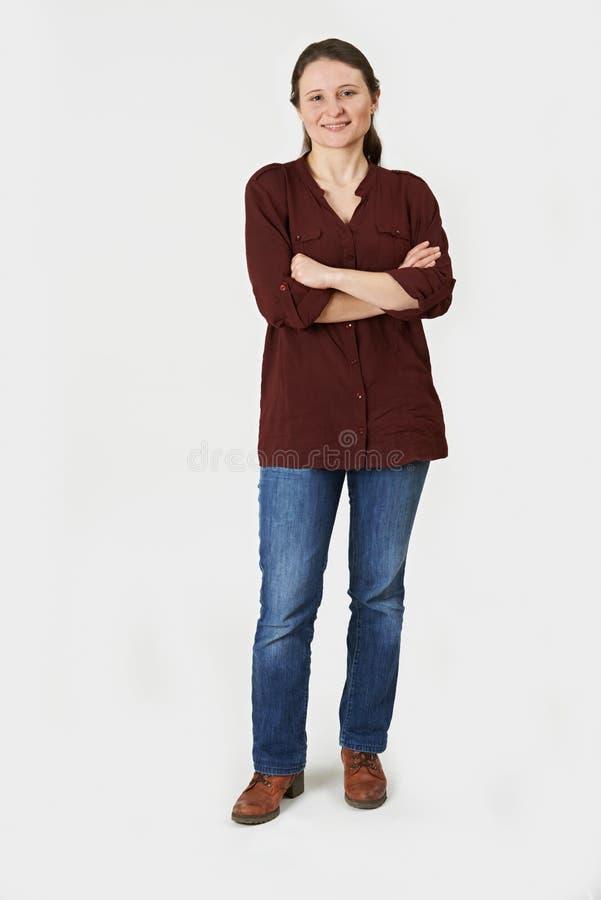 Ganzaufnahme der Frau stehend im Studio auf weißem Backgr stockfoto