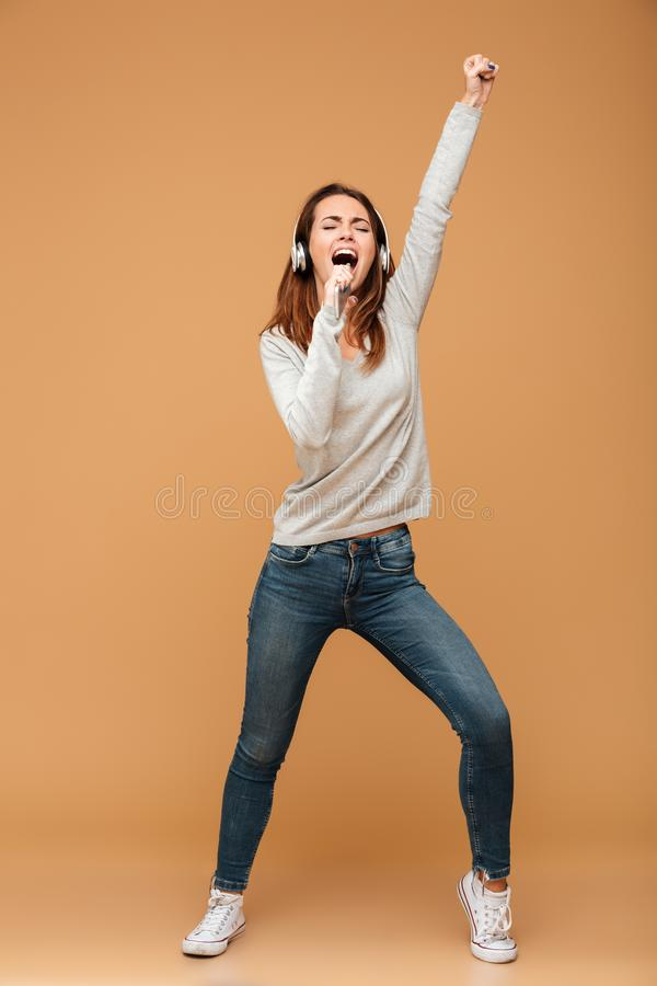 Ganzaufnahme der frohen hübschen Frau in Freizeitkleidung holdi lizenzfreies stockfoto